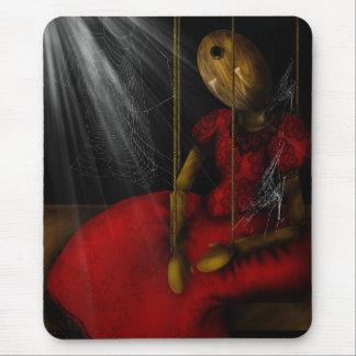 Muñeca olvidada alfombrilla de ratón