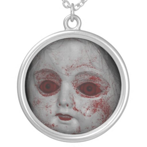 Muñeca pálida de la piel con los ojos rojos sangre joyerias
