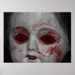 Muñeca pálida de la piel con los ojos rojos sangre impresiones