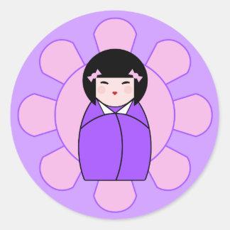 Muñeca púrpura de Kokeshi Pegatina Redonda