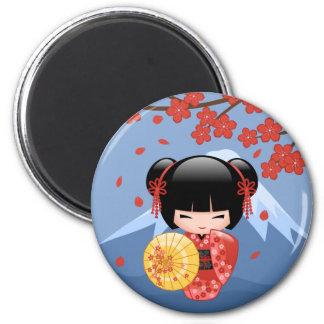 Muñeca roja japonesa de Sakura Kokeshi Imán Redondo 5 Cm