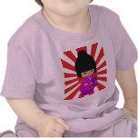 Muñeca rosada linda de Kokeshi en el sol naciente Camiseta