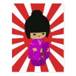 Muñeca rosada linda de Kokeshi en el sol naciente Postal