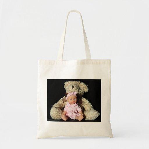 Muñeca y la bolsa de asas del oso de peluche
