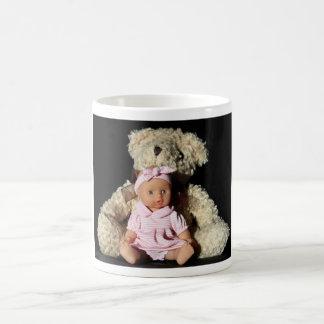 Muñeca y taza del oso de peluche