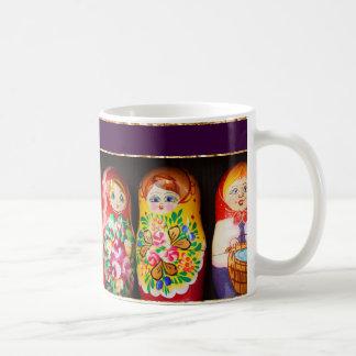 Muñecas coloridas de Matryoshka Taza Básica Blanca