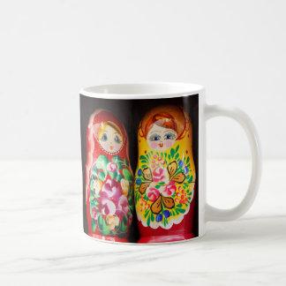Muñecas coloridas de Matryoshka Tazas De Café