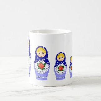 Muñecas de Matryoschka azules Taza Básica Blanca