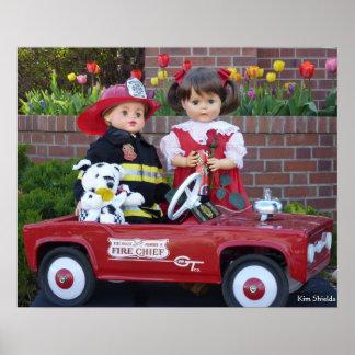 Muñecas del vintage del bombero y poster del coche
