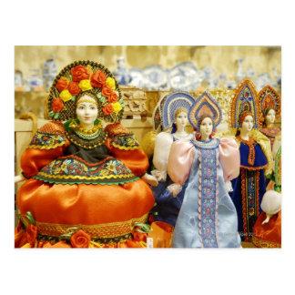 Muñecas en los trajes rusos tradicionales exhibido tarjeta postal