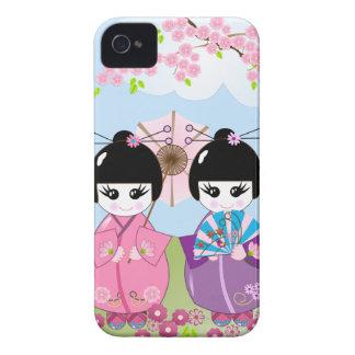 Muñecas japonesas lindas con las flores de la carcasa para iPhone 4