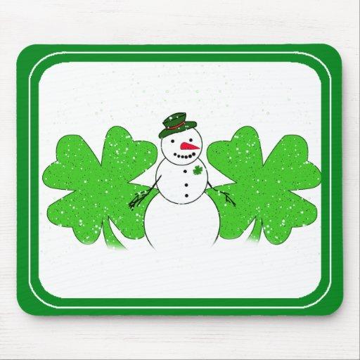 Muñeco de nieve afortunado con dos tréboles 4-Leaf Alfombrilla De Ratón