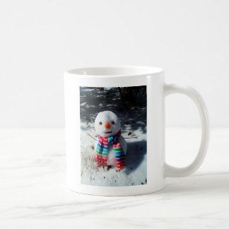 Muñeco de nieve con la bufanda rayada del arco iri tazas de café