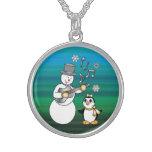 Muñeco de nieve con la guitarra y el pingüino en o collares de plata esterlina