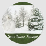 Muñeco de nieve con los árboles del invierno pegatina redonda