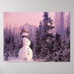 Muñeco de nieve de la puesta del sol en las montañ posters