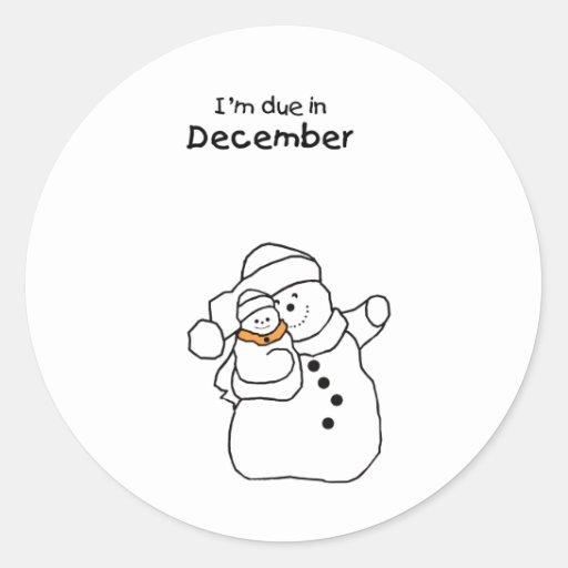 Muñeco de nieve debido del bebé en diciembre etiqueta redonda