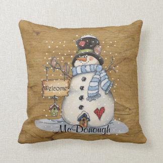 Muñeco de nieve del arte popular en el periódico cojín