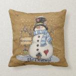 Muñeco de nieve del arte popular en el periódico v almohadas