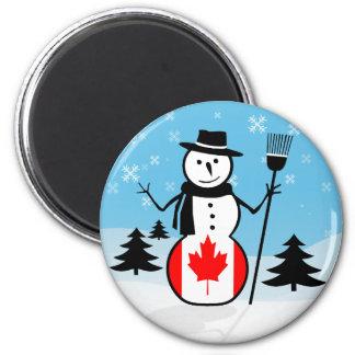 Muñeco de nieve del dibujo animado en el campo de iman de nevera