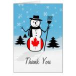 Muñeco de nieve del dibujo animado en el campo de  felicitaciones