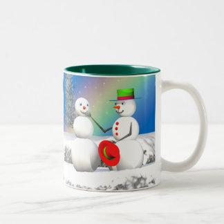Muñeco de nieve del navidad que hace a un amigo taza dos tonos