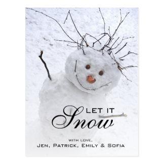 Muñeco de nieve del navidad que se sienta en un tarjeta postal
