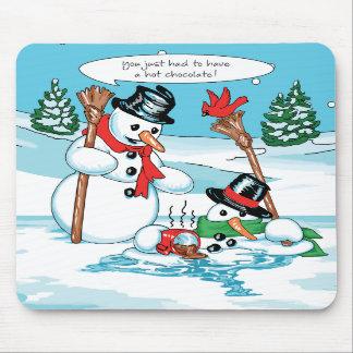 Muñeco de nieve divertido con el dibujo animado de tapete de ratones