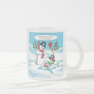 Muñeco de nieve divertido con el dibujo animado de taza de café