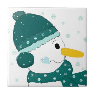 Muñeco de nieve en bufanda y gorra del trullo azulejo cerámica