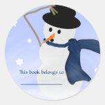 Muñeco de nieve en el Bookplate del viento Etiqueta Redonda