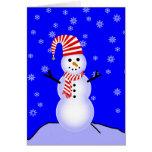 Muñeco de nieve en gorra y bufanda rayados del bas felicitacion