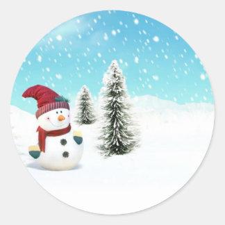 Muñeco de nieve en la nieve pegatina redonda