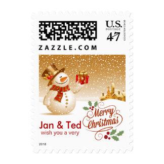 Muñeco de nieve feliz con el regalo en el navidad sello