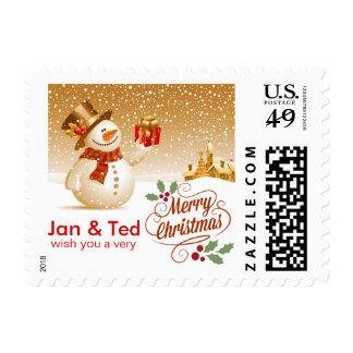 Muñeco de nieve feliz con el regalo en el navidad sellos postales