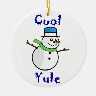 Muñeco de nieve fresco de Yule en sombrero de copa Adorno Redondo De Cerámica