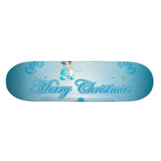 Muñeco de nieve lindo con el fondo azul suave tabla de skate
