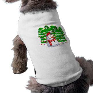 Muñeco de nieve lindo con los árboles de navidad camiseta de mascota