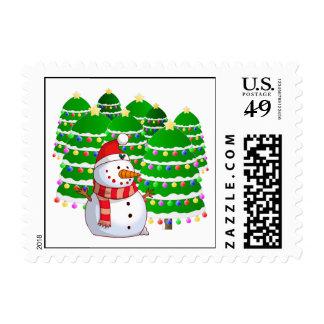 Muñeco de nieve lindo con los árboles de navidad sello