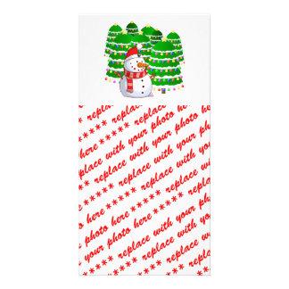 Muñeco de nieve lindo con los árboles de navidad tarjeta personal con foto