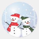 Muñeco de nieve lindo del navidad del país de las  etiqueta redonda