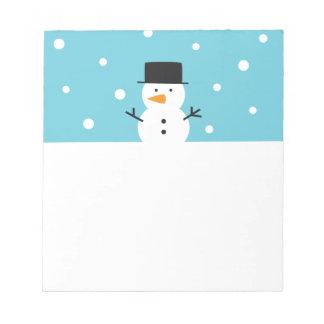 Muñeco de nieve lindo en el fondo de la nieve para blocs de papel