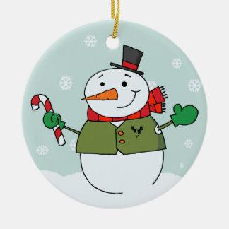 Muñeco de nieve lindo que sostiene el ornamento adorno redondo de cerámica