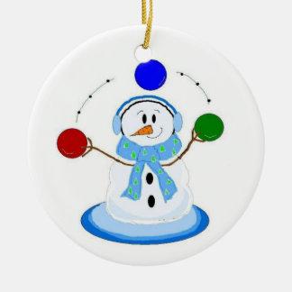 Muñeco de nieve que hace juegos malabares ornamento de navidad