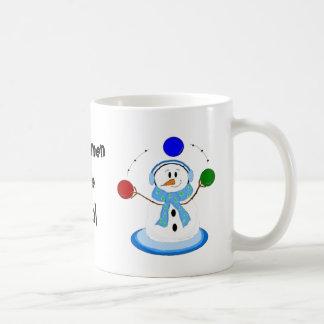 Muñeco de nieve que hace juegos malabares taza de café