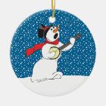 Muñeco de nieve que juega el ornamento del banjo ornamento para arbol de navidad