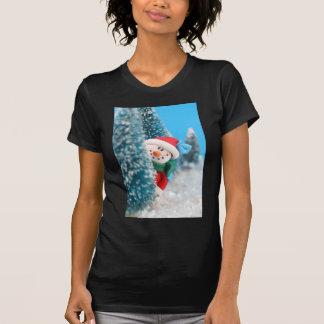 Muñeco de nieve que oculta o que mira a escondidas camisetas
