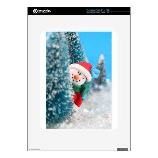 Muñeco de nieve que oculta o que mira a escondidas calcomanía para el iPad