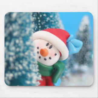 Muñeco de nieve que oculta o que mira a escondidas tapete de raton