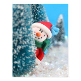 Muñeco de nieve que oculta o que mira a escondidas tarjetas postales